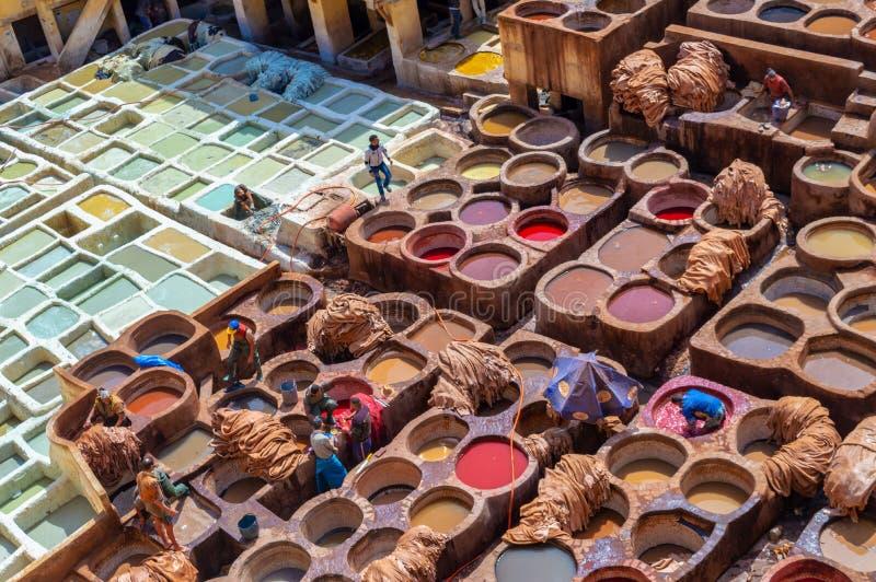 Satellietbeeld van de kleurrijke leerlooierijen van Fez Marokko stock afbeelding