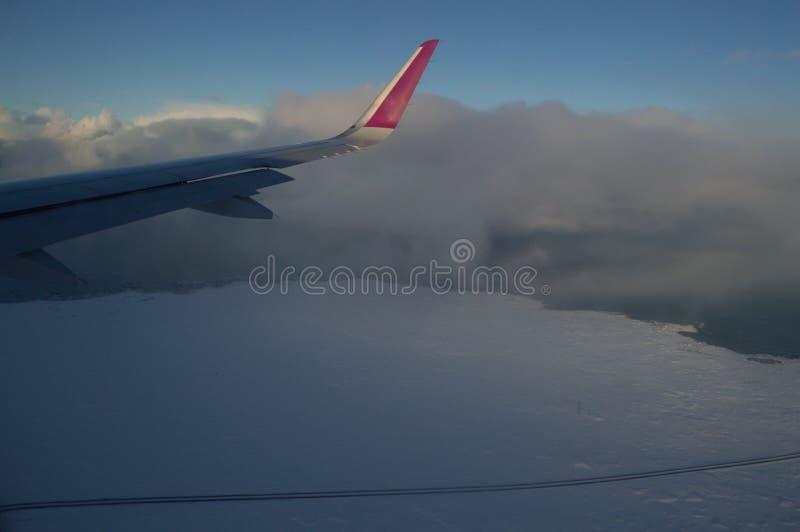 Satellietbeeld van de Kustlijn van IJsland met Vleugel en Weg die van Vliegtuig tijdens de vlucht wordt gezien stock foto