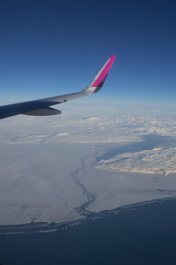 Satellietbeeld van de Kustlijn van IJsland met Vleugel van Vliegtuig tijdens de vlucht royalty-vrije stock afbeelding