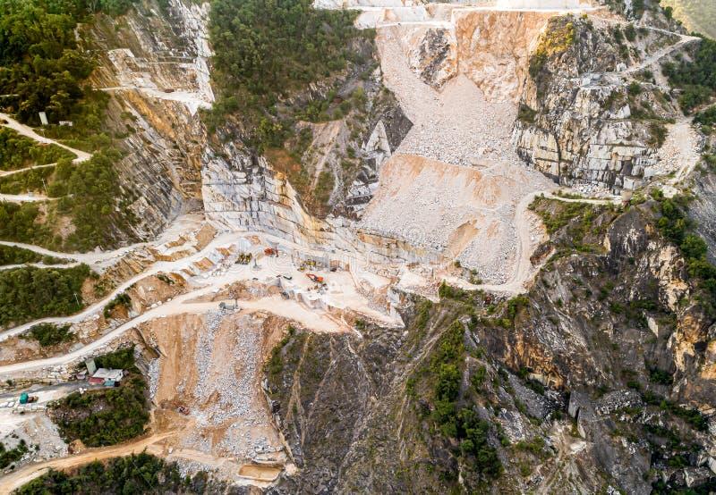Satellietbeeld van de marmeren steengroeve van Carrara in Toscanië, Italië royalty-vrije stock foto