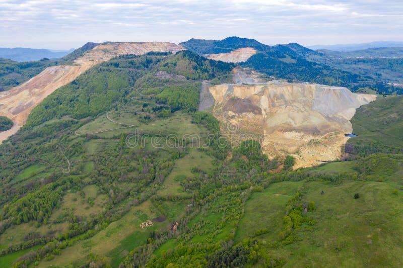 Satellietbeeld van de mijn van het de open kuilkoper van Rosia Poieni royalty-vrije stock afbeeldingen
