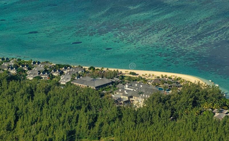 Satellietbeeld van de mooie tropische toevlucht van het strand voorhotel in Mauritius met turkooise overzees Paradijsbestemming stock afbeelding