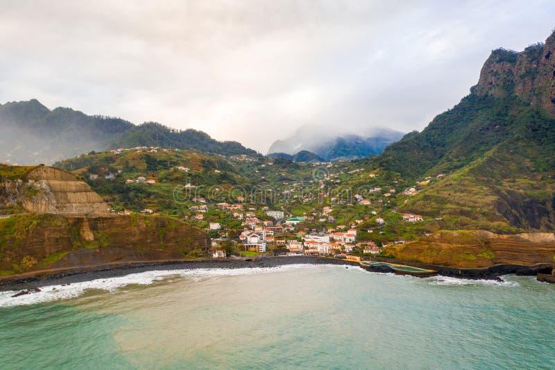 Satellietbeeld van de Porto DA Cruz stad in de het noordenkust van het eiland van Madera stock foto's