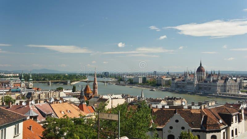 Satellietbeeld van de rivier van Donau, daken en het Hongaarse Parlement op de bank in Boedapest, zonnige dag, Hongarije stock afbeelding