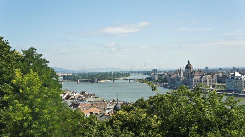 Satellietbeeld van de rivier van Donau en het Hongaarse Parlement op de bank in Boedapest, zonnige dag, Hongarije stock afbeeldingen