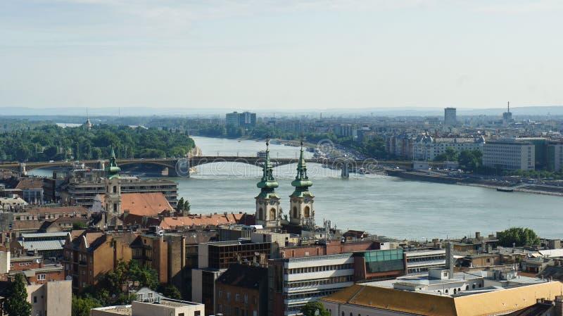 Satellietbeeld van de de de rivier, kerk en daken van Donau in Boedapest, zonnige dag, Hongarije stock afbeeldingen