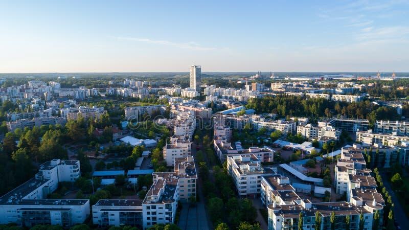 Satellietbeeld van de stad van Helsinki bij mooie de zomerdag Vuosaari bij zonsondergang stock foto
