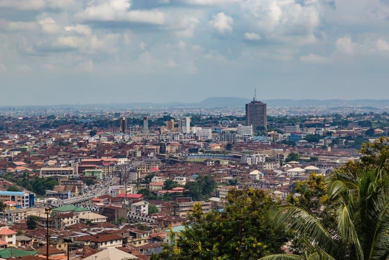 Satellietbeeld van de stad van Ibadan Nigeria met het Cacaohuis, het meest talest gebouw in de afstand royalty-vrije stock afbeeldingen