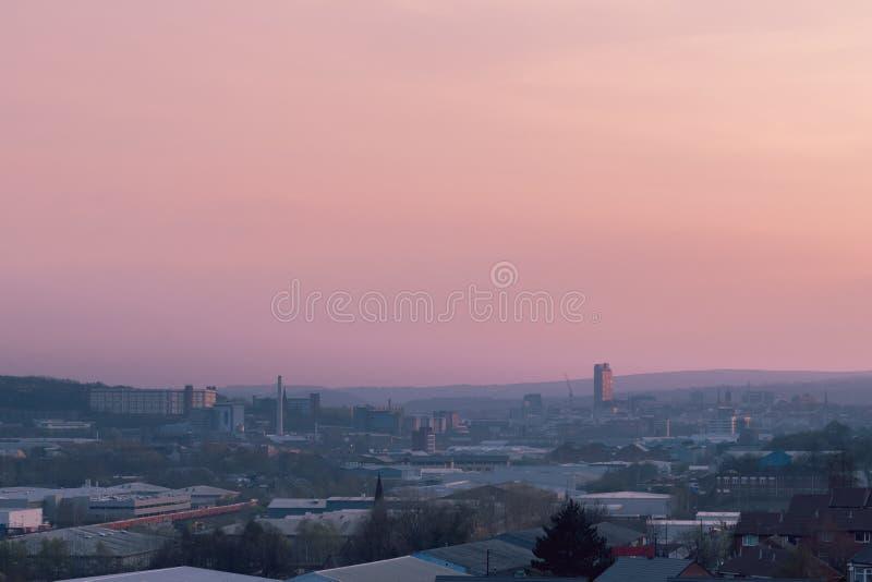 Satellietbeeld van de stad van Sheffield tijdens een mooie roze de lentezonsondergang in Maart 2019 stock afbeelding