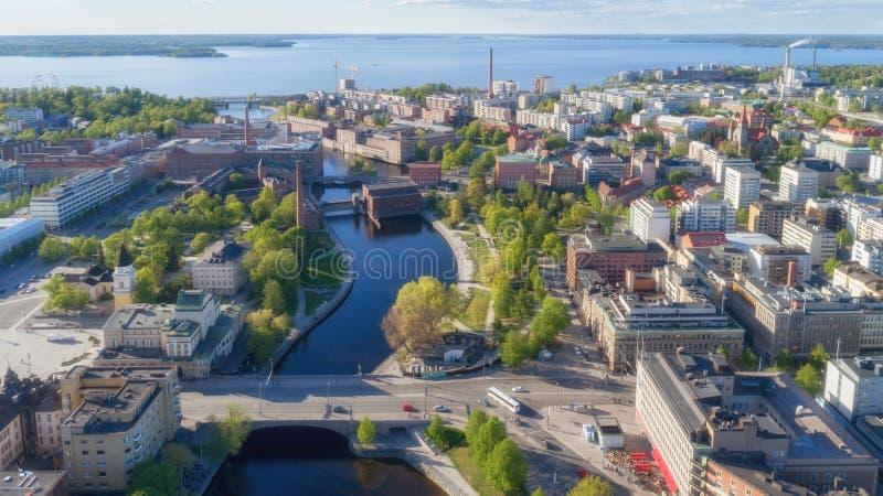 Satellietbeeld van de stadscentrum van Tampere Mooie rivier en groene bomen royalty-vrije stock foto