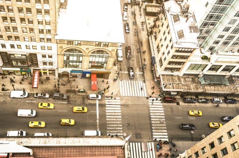 Satellietbeeld van de straat van New York en de klassieke bouw in het financiële district van Manhattan - Hoge hoek van wolkenkra royalty-vrije stock foto