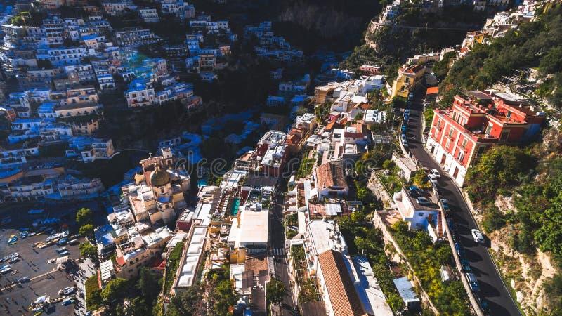 Satellietbeeld van de toeristische stad, de bergen en het strand, de hotels en de restaurants, gebouwen, bedrijfsreizen, overzees stock afbeelding