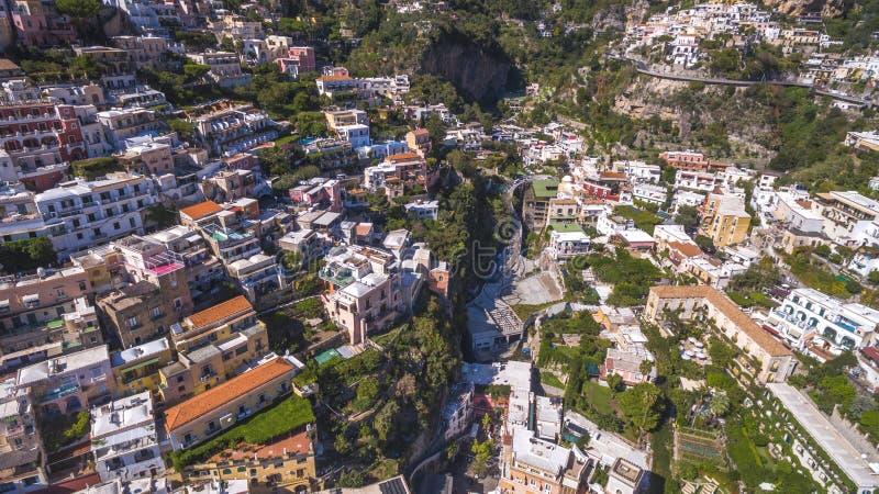 Satellietbeeld van de toeristische stad, de bergen en het strand, de hotels en de restaurants, gebouwen, bedrijfsreizen, overzees royalty-vrije stock afbeeldingen