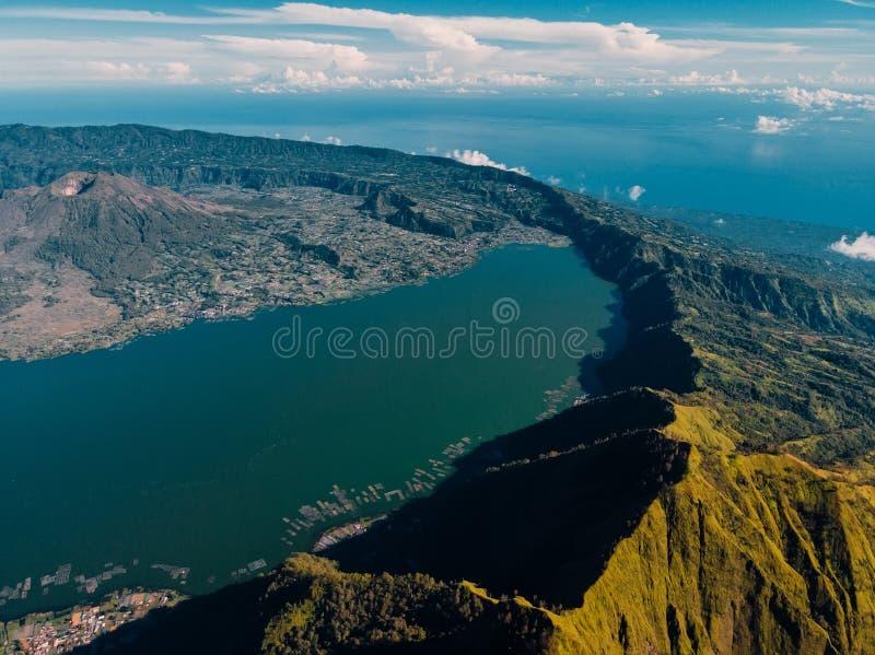 Satellietbeeld van de vulkaan en het meer van Batur met bos royalty-vrije stock foto's