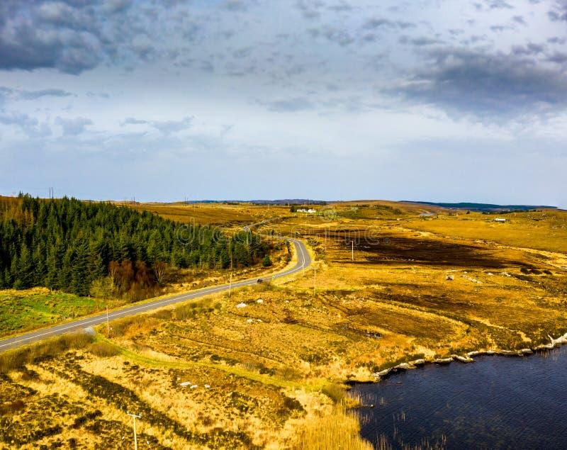 Satellietbeeld van de weg aan Dungloe naast Loch Na Leabhar van Mhin Leic - Meenlecknalore-Lough - Provincie Donegal, Ierland stock afbeeldingen