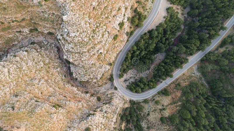 Satellietbeeld van de weg van de bergkromme stock afbeeldingen