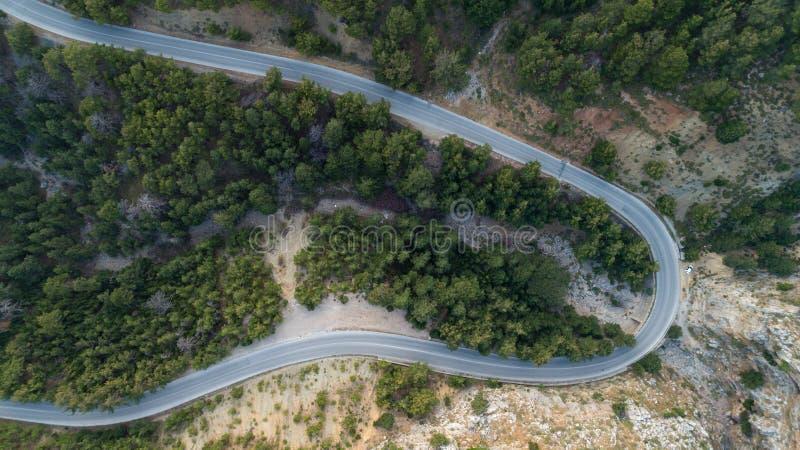 Satellietbeeld van de weg van de bergkromme Groen bos bij zonsondergang in de zomer in Europa royalty-vrije stock fotografie