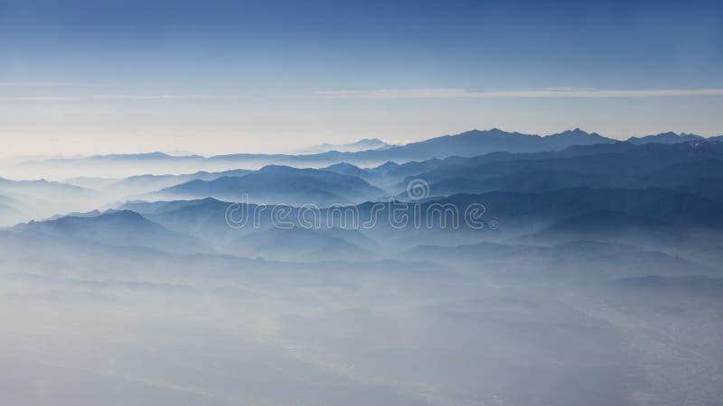 Satellietbeeld van de wolken en de bergen van Taiwan Prachtige berg van hierboven royalty-vrije stock afbeeldingen