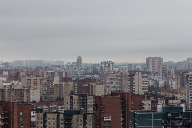 Satellietbeeld van een bewolkte en regenachtige dag van de stad stock foto