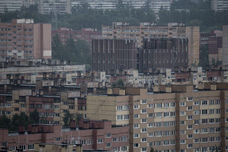 Satellietbeeld van een bewolkte en regenachtige dag van de stad Rusland stock fotografie