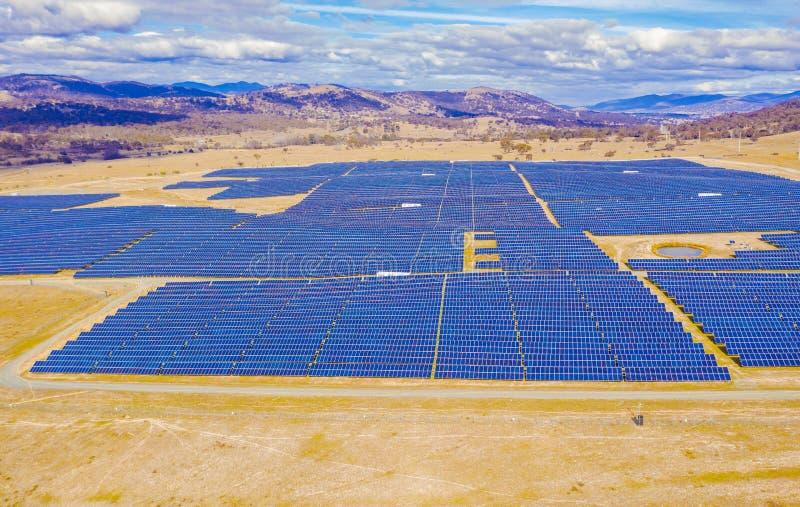 Satellietbeeld van een groot zonnelandbouwbedrijf stock fotografie