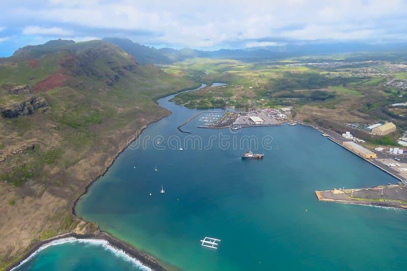 Satellietbeeld van een helikopter over de prachtige blauwe baai, Lihue, Kauai, Hawa? royalty-vrije stock fotografie