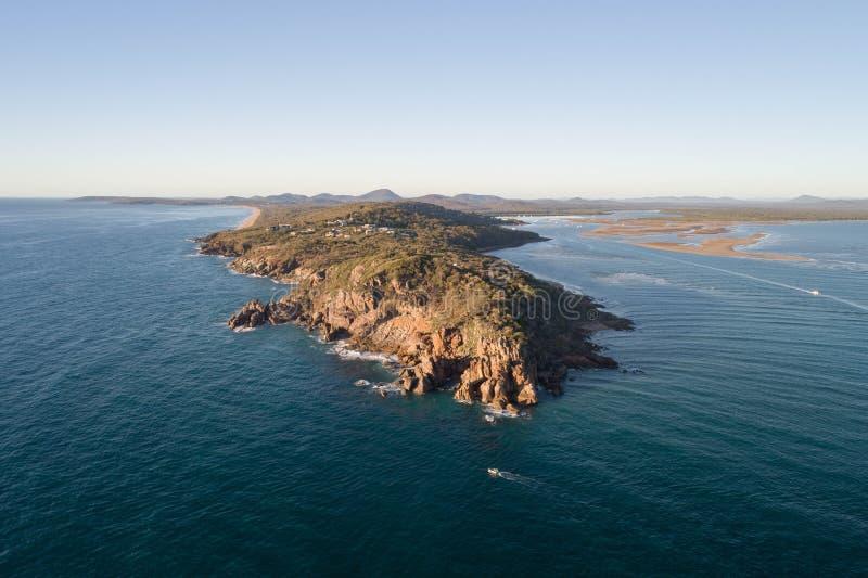 Satellietbeeld van een rotsachtig punt die van de landtong zich in de oceaan werpen royalty-vrije stock foto