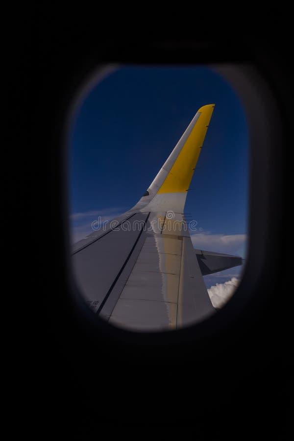 satellietbeeld van een venstervliegtuig tijdens vlucht Blauwe hemel en wolkenachtergrond reis concept stock fotografie