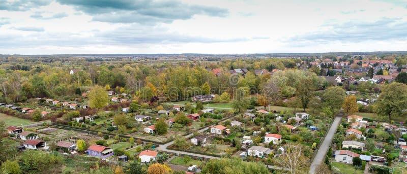 Satellietbeeld van een volkstuintje met hutten, wegen en plantaardige bedden stock foto
