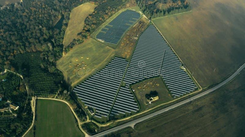 Satellietbeeld van een zonnekrachtcentrale en een schaap Umbri?, Itali? stock afbeeldingen