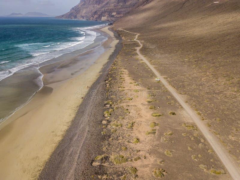 Satellietbeeld van Famara-strand, Lanzarote, Canarische Eilanden, Spanje Risco Di die Famara, hulp, bergen de Atlantische Oceaan  royalty-vrije stock afbeelding