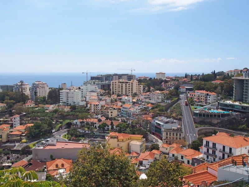 Satellietbeeld van Funchal binnen in madera met wegen lopen gedacht het centrum van de stad en de gebouwen voor het overzees stock afbeelding