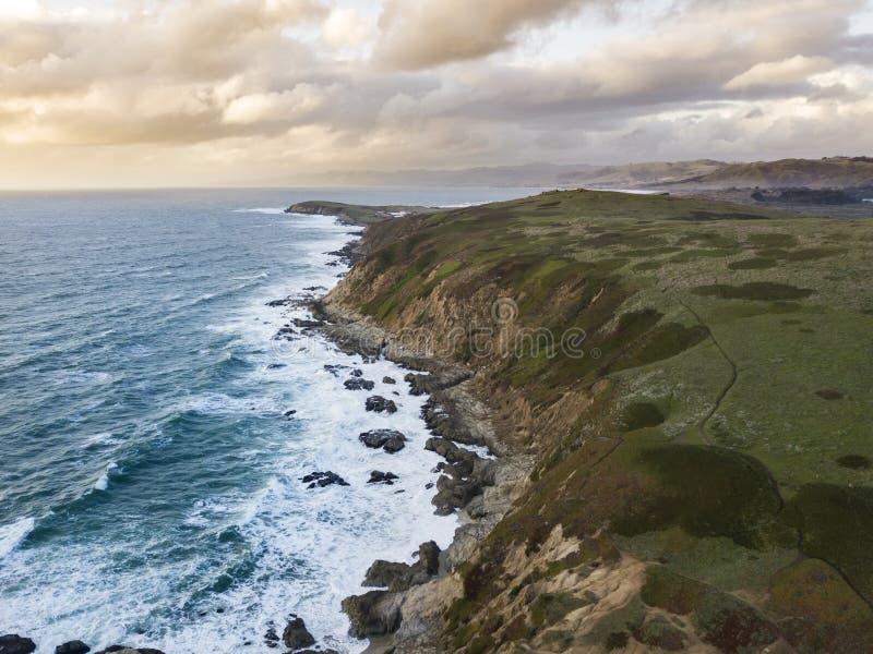 Satellietbeeld van golven die langs de rotsachtige kust van Californië dichtbij San Francisco verpletteren royalty-vrije stock fotografie