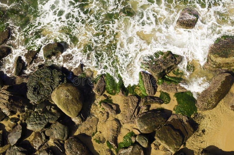 Satellietbeeld van golven die op rotsen at low tide breken royalty-vrije stock fotografie