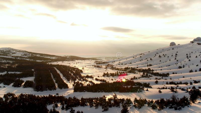 Satellietbeeld van het astrofysische waarnemingscentrum in wintertijd in sneeuwbos, de Krim schot Mooi landschap van sneeuw stock fotografie