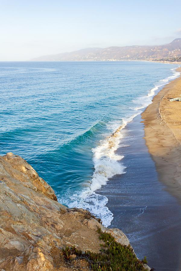 Satellietbeeld van het breken van golven op zandige oever, enorme afstand aan een peninulla stock fotografie