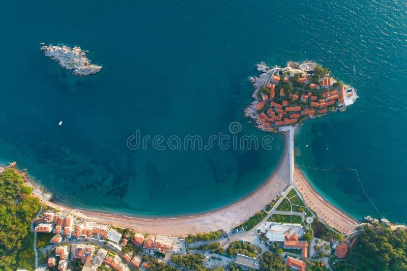 Satellietbeeld van het eiland van Sveti Stefan in Budva royalty-vrije stock foto's