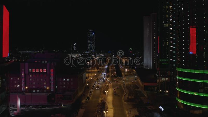 Satellietbeeld van het grote stadsleven die bij nacht, neonlichten, glaswolkenkrabbers, auto's en grote brug de rivier kruisen ac stock fotografie