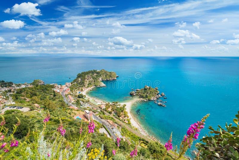 Satellietbeeld van het kleine eiland van Isola Bella dichtbij Taormina in Sicilië, Italië royalty-vrije stock fotografie