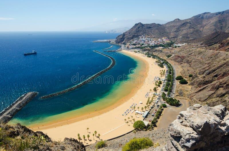 Satellietbeeld van het mooie strand 'Las Teresitas ' Gemeente Santa Cruz de Tenerife, Tenerife, Canarische Eilanden, Spanje royalty-vrije stock fotografie