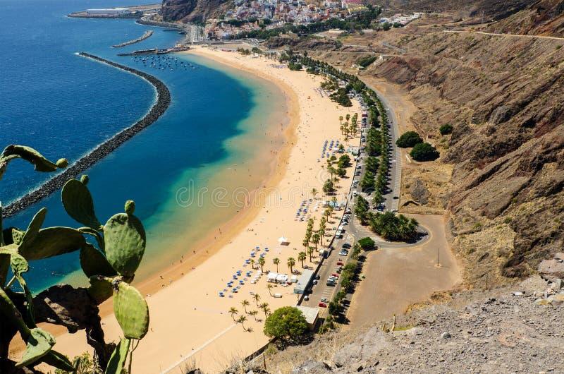 Satellietbeeld van het mooie strand 'Las Teresitas ' Gemeente Santa Cruz de Tenerife, Tenerife, Canarische Eilanden, Spanje stock foto