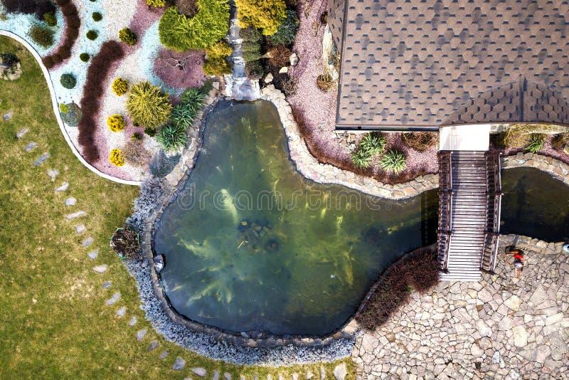 Satellietbeeld van het prachtig gemodelleerde plattelandshuisje van het recreatiehuis complex met vijver op ecologisch gebied op  stock foto's