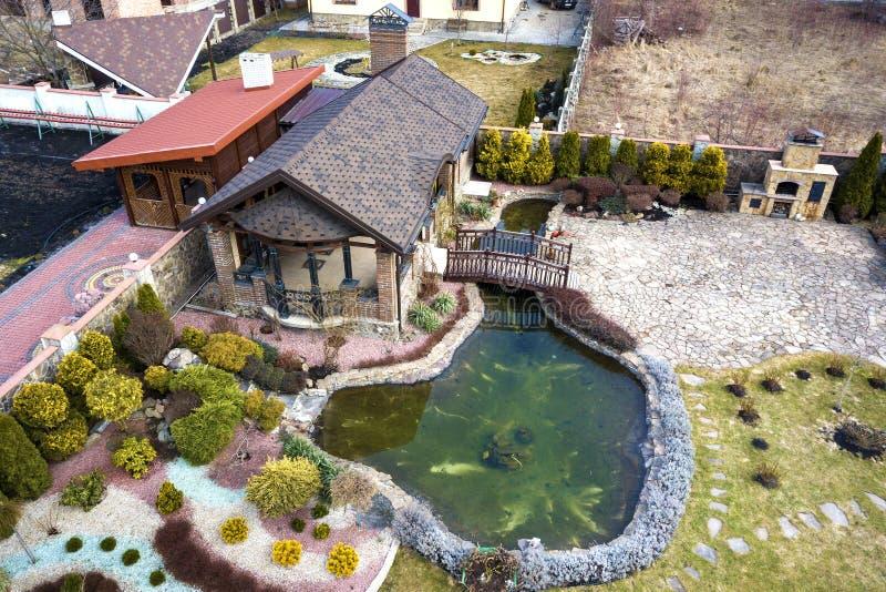 Satellietbeeld van het prachtig gemodelleerde plattelandshuisje van het recreatiehuis complex met vijver op ecologisch gebied op  royalty-vrije stock afbeelding