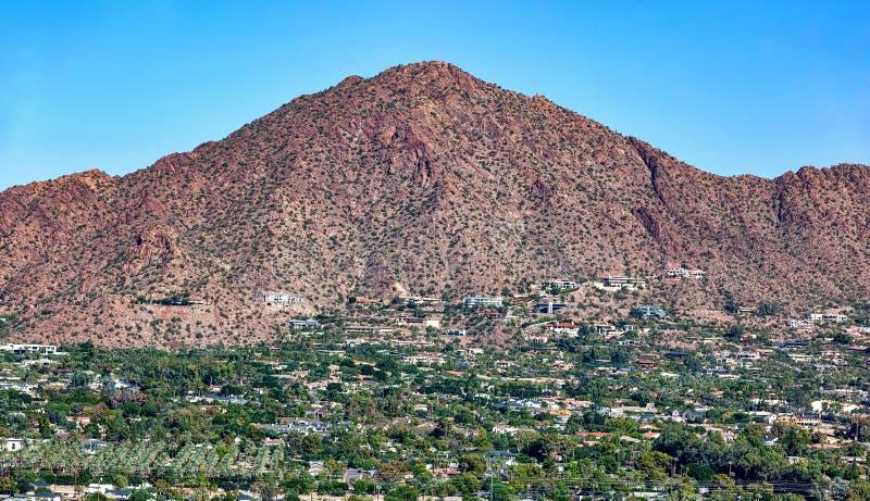 Satellietbeeld van het zuidengezicht van Camelback-Berg in Phoenix, Arizona stock foto