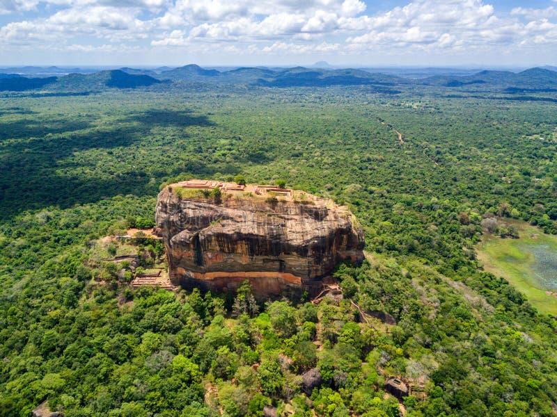 Satellietbeeld van hierboven van Sigiriya of Lion Rock, een oude vesting en een paleis in Dambulla, Sri Lanka stock afbeelding