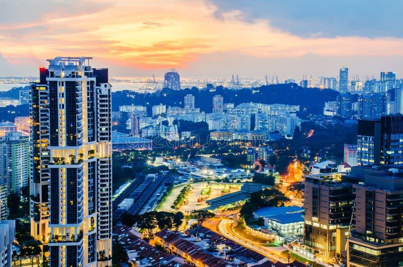 Satellietbeeld van horizon de bedrijfsbouw en financieel district van dak, Moderne torens en wolkenkrabbers die bij avond wordt v stock afbeelding