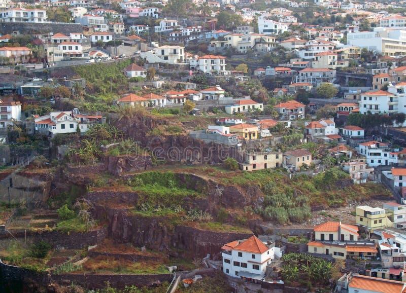 Satellietbeeld van van huizen en markttuinen van Funchal met terrasvormige landbouw stock foto