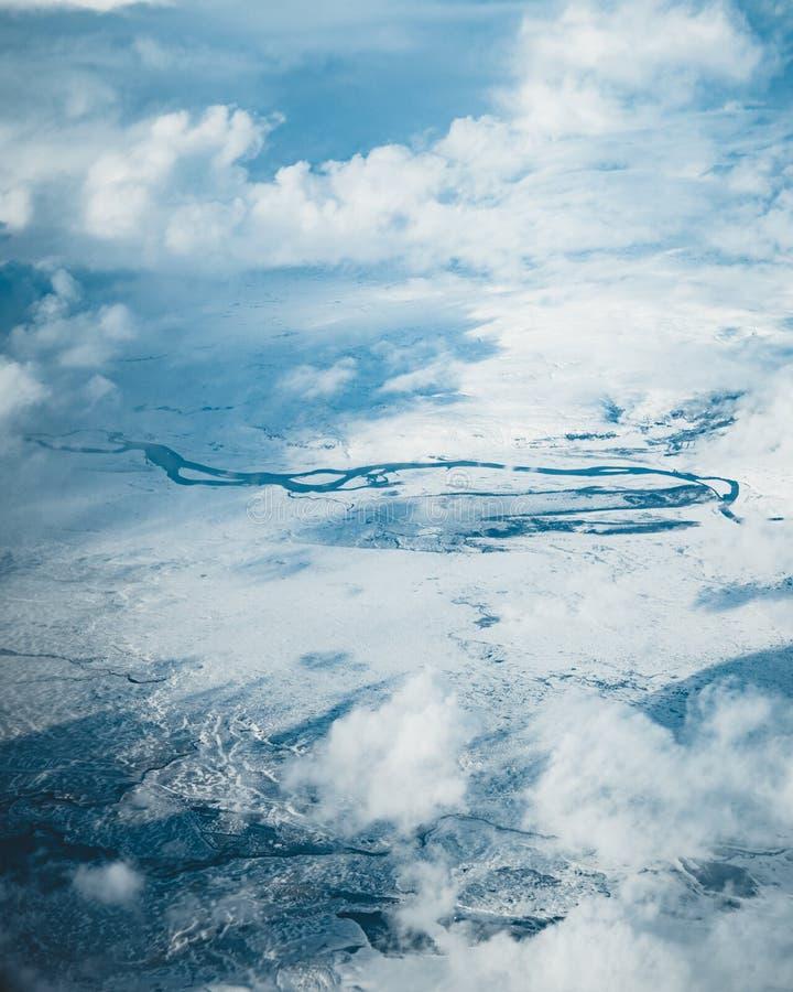 Satellietbeeld van IJsland Satellietbeeld van de verbazende landschappen van IJsland, gletsjerpatronen, bergen, rivieren en vorme royalty-vrije stock afbeeldingen