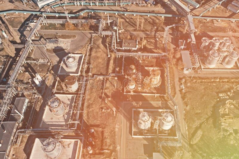 Satellietbeeld van industriële fabriek of installatiegebouwen met de bouwtanks van de staalopslag en pijpen, chemische productie stock afbeeldingen
