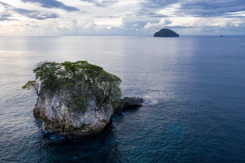 Satellietbeeld van Kalksteeneiland in Papoea-Nieuw-Guinea stock afbeeldingen
